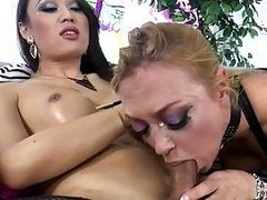 Rounded tranny Venus Lux fucks sexy female